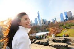 Mujer en Central Park, New York City fotos de archivo