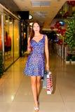 Mujer en centro comercial Imagenes de archivo