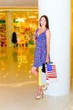Mujer en centro comercial Foto de archivo