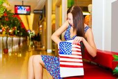 Mujer en centro comercial Imágenes de archivo libres de regalías