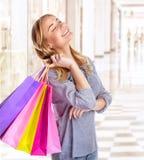 Mujer en centro comercial Foto de archivo libre de regalías