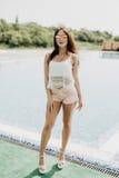 Mujer en centro turístico de lujo cerca de la piscina Vocación del verano fotografía de archivo libre de regalías