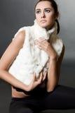 Mujer en chaleco de la piel foto de archivo