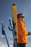 Mujer en chaqueta del invierno de Ski And Poles Outdoors Fotos de archivo libres de regalías