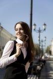 Mujer en ciudad Foto de archivo libre de regalías