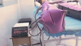 Mujer en clínica en el tratamiento del procedimiento de la terapia de la presión para las piernas Primer de las piernas almacen de metraje de vídeo