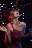 Mujer en club nocturno Foto de archivo