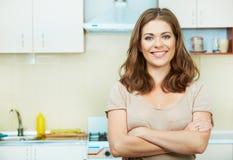 Mujer en cocina fotos de archivo libres de regalías