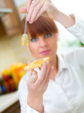 Mujer en cocina Foto de archivo libre de regalías