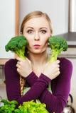 Mujer en cocina con bróculi fresco verde Fotografía de archivo libre de regalías