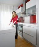 Mujer en cocina moderna foto de archivo libre de regalías