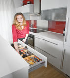 Mujer en cocina moderna fotos de archivo libres de regalías
