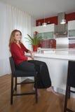 Mujer en cocina moderna fotografía de archivo
