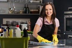 Mujer en cocina moderna Foto de archivo
