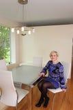 Mujer en comedor Foto de archivo