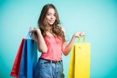 Mujer en compras Mujer feliz con los bolsos de compras Juventud, concepto de la forma de vida Foto de archivo