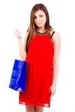 Mujer en compras rojas de la alineada. foto de archivo