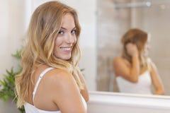 Mujer en cuarto de baño Foto de archivo libre de regalías