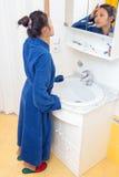 Mujer en cuarto de baño Fotos de archivo libres de regalías