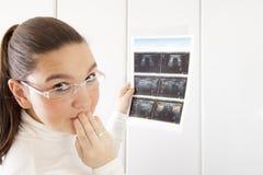 Mujer en cuestión con la fotografía del ultrasonido Fotos de archivo