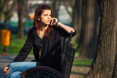 Mujer en cuestión que habla en el teléfono Imagen de archivo libre de regalías