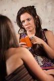 Mujer en cuestión que escucha el amigo Foto de archivo