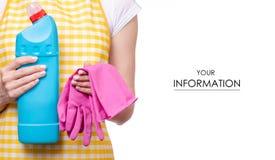 Mujer en delantal en las manos que limpian el modelo detergente de las sustancias químicas de hogar del guante y del retrete naci imagen de archivo