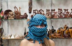 Mujer en departamento de recuerdos egipcio Imágenes de archivo libres de regalías