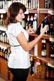 Mujer en departamento de vino Fotos de archivo