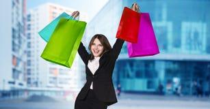 Mujer en desgaste formal con los paquetes coloridos Fotografía de archivo