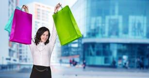 Mujer en desgaste formal con los paquetes coloridos Foto de archivo libre de regalías
