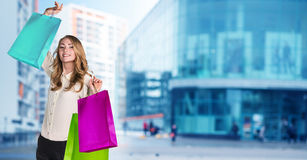 Mujer en desgaste formal con los paquetes coloridos Fotografía de archivo libre de regalías