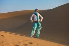 Mujer en desierto Fotos de archivo libres de regalías