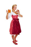 Mujer en dirndl con la cerveza y el pretzel Foto de archivo