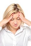 Mujer en dolor como resultado de un dolor de cabeza que se quiebra Foto de archivo