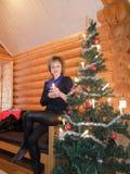 Mujer en el árbol de navidad Imágenes de archivo libres de regalías