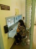 Mujer en el área de la visita de la prisión de la cárcel Imagenes de archivo