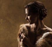 Mujer en el abrigo de pieles de lujo, estilo retro del vintage Fotografía de archivo libre de regalías