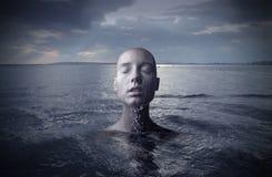 Mujer en el agua imagen de archivo