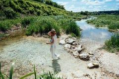 Mujer en el agua en el vestido blanco Imágenes de archivo libres de regalías