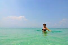 Mujer en el agua, islas de la phi de la phi, Tailandia Fotos de archivo libres de regalías
