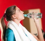 Mujer en el agua potable de la gimnasia Fotografía de archivo