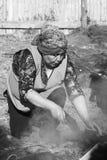 Mujer en el al Hoyo de Curanto en el Muestras Gastronomicas 2016 en Achao, Chile Foto de archivo libre de regalías