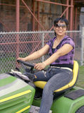 Mujer en el alimentador del jardín foto de archivo libre de regalías
