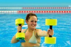 Mujer en el aqua aerobio Fotografía de archivo libre de regalías