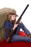 Mujer en el arma combinado de la explotación agrícola fotos de archivo