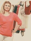 Mujer en el armario casero que elige la ropa Imagen de archivo libre de regalías