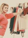 Mujer en el armario casero que elige la ropa Fotografía de archivo libre de regalías