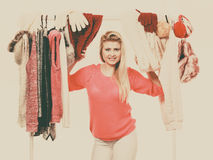 Mujer en el armario casero que elige la ropa Imagen de archivo