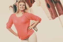 Mujer en el armario casero que elige la ropa Foto de archivo libre de regalías